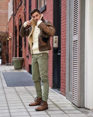 Как и с чем носить: коричневая короткая дубленка, белый вязаный свитер, зеленые брюки карго, коричневые кожаные повседневные ботинки