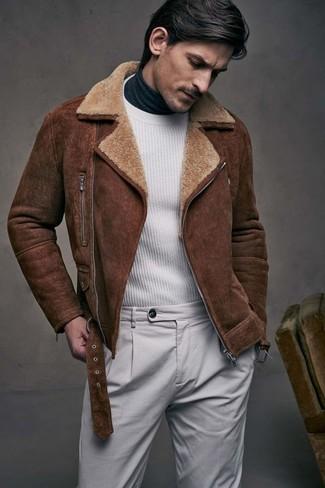 Как и с чем носить: коричневая короткая дубленка, белый свитер с круглым вырезом, темно-серая водолазка, серые брюки чинос
