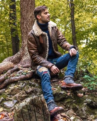 Как и с чем носить: коричневая короткая дубленка, темно-синяя шерстяная водолазка, синие рваные джинсы, коричневые кожаные повседневные ботинки