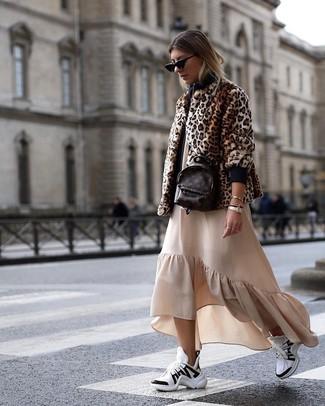 Как и с чем носить: коричневая короткая шуба с леопардовым принтом, бежевое платье-макси с рюшами, бело-черные кроссовки, темно-коричневый кожаный рюкзак