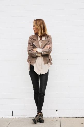 Как и с чем носить: коричневая кожаная косуха, бежевая классическая рубашка, черные кожаные джинсы скинни, черные кожаные ботильоны с шипами