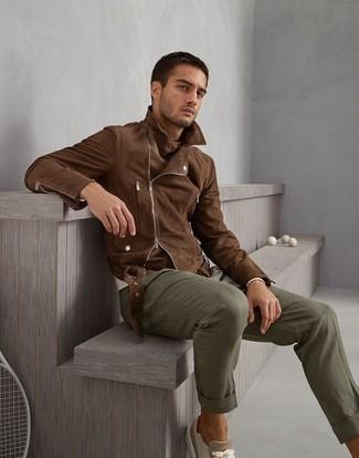 Как и с чем носить: коричневая замшевая косуха, бежевый свитер с круглым вырезом, оливковые брюки чинос, бежевые замшевые низкие кеды