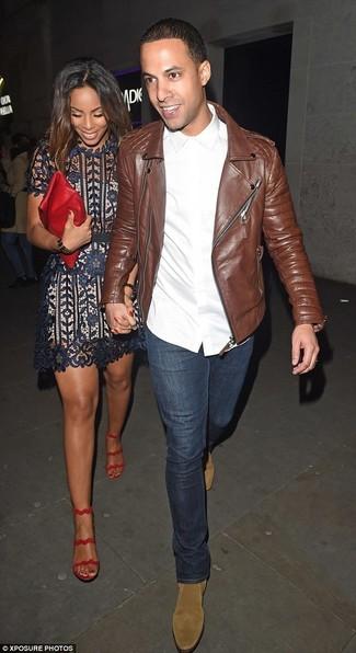 Как и с чем носить: коричневая кожаная косуха, белая классическая рубашка, темно-синие джинсы, светло-коричневые замшевые ботинки челси