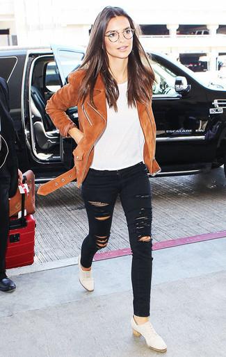 Как и с чем носить: коричневая замшевая косуха, белая футболка с круглым вырезом, черные рваные джинсы скинни, белые кожаные оксфорды