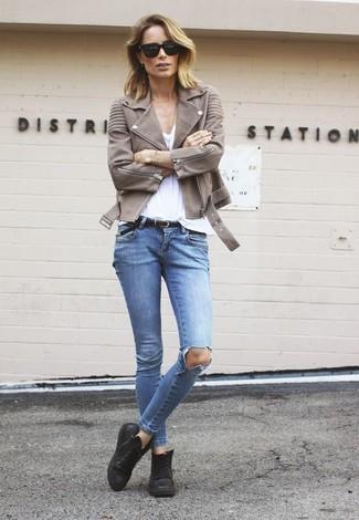 Как и с чем носить: коричневая кожаная косуха, белая футболка с v-образным вырезом, голубые рваные джинсы скинни, черные кожаные высокие кеды