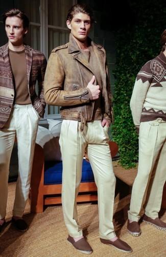 Как и с чем носить: коричневая кожаная косуха, светло-коричневый свитер с круглым вырезом, белые классические брюки, темно-коричневые эспадрильи из плотной ткани