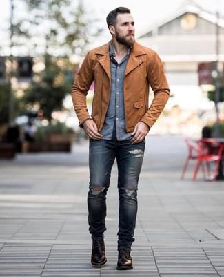 Как и с чем носить: коричневая кожаная косуха, синяя рубашка с длинным рукавом из шамбре, темно-синие рваные зауженные джинсы, темно-коричневые кожаные повседневные ботинки