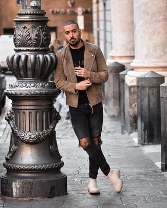 Как и с чем носить: коричневая замшевая косуха, черная футболка с круглым вырезом с принтом, черные рваные зауженные джинсы, бежевые замшевые ботинки челси