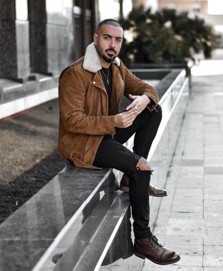 Как и с чем носить: коричневая замшевая косуха, черная футболка с круглым вырезом, черные рваные зауженные джинсы, темно-коричневые кожаные повседневные ботинки