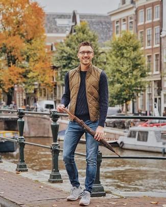 Как и с чем носить: коричневая стеганая куртка без рукавов, темно-синий вязаный свитер, синие джинсы, серые замшевые кроссовки