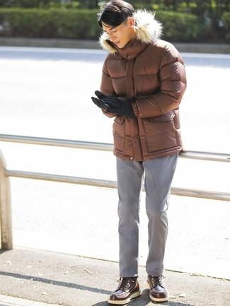 Как и с чем носить: коричневая куртка-пуховик, серые брюки чинос, темно-коричневые кожаные рабочие ботинки, черные шерстяные перчатки