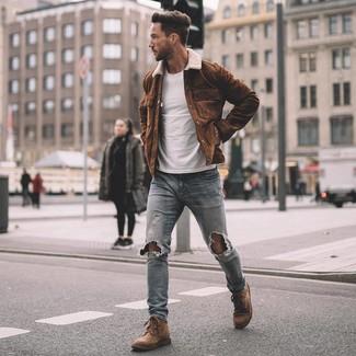 Как и с чем носить: коричневая замшевая куртка-рубашка, белая футболка с круглым вырезом, голубые рваные зауженные джинсы, коричневые замшевые повседневные ботинки