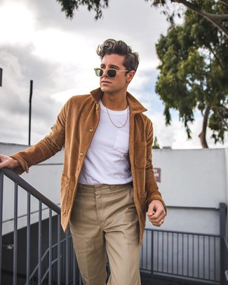 Модный лук: коричневая куртка-рубашка, белая футболка с круглым вырезом, светло-коричневые брюки чинос, светло-коричневые солнцезащитные очки