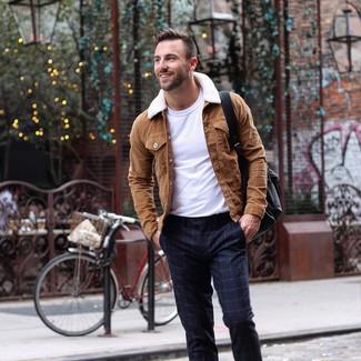 Как и с чем носить: коричневая замшевая куртка-рубашка, белая футболка с круглым вырезом, темно-синие классические брюки в клетку, черный кожаный рюкзак