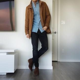 С чем носить голубую рубашку с длинным рукавом из шамбре мужчине: Ансамбль из голубой рубашки с длинным рукавом из шамбре и черных джинсов поможет выглядеть аккуратно, но при этом подчеркнуть твой личный стиль. Этот образ обретет новое прочтение в паре с темно-коричневыми замшевыми ботинками челси.