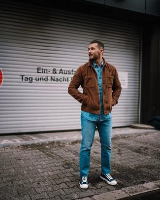 Как и с чем носить: коричневая вельветовая куртка-рубашка, синяя джинсовая рубашка, синие джинсы, темно-сине-белые высокие кеды из плотной ткани