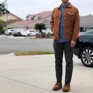 С чем носить синюю рубашку с коротким рукавом из шамбре мужчине: Сочетание синей рубашки с коротким рукавом из шамбре и темно-серых брюк чинос поможет выразить твой индивидуальный стиль и выигрышно выделиться из общей массы. Если ты любишь применять в своих луках разные стили, на ноги можно надеть коричневые замшевые повседневные ботинки.