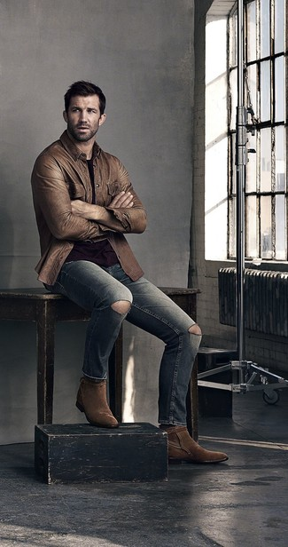 Как и с чем носить: коричневая кожаная куртка-рубашка, черная футболка с круглым вырезом, серые рваные джинсы, темно-коричневые замшевые ковбойские сапоги