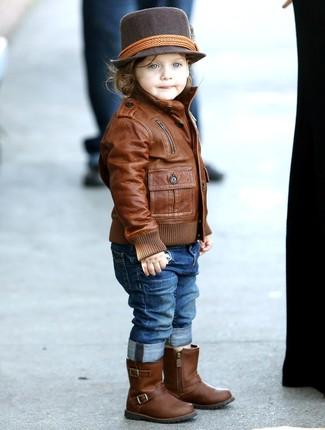 Как и с чем носить: коричневая кожаная куртка, синие джинсы, коричневые кожаные ботинки, темно-коричневая шляпа
