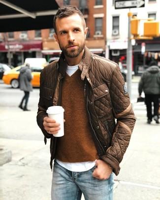 Как и с чем носить: коричневая куртка с воротником и на пуговицах, коричневый свитер с v-образным вырезом, белая футболка с круглым вырезом, голубые джинсы