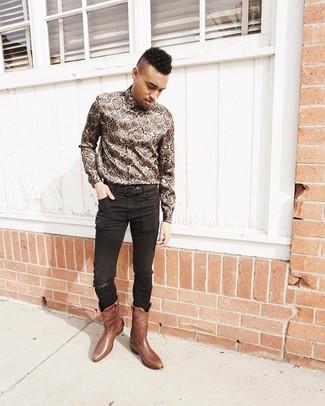Как и с чем носить: коричневая рубашка с длинным рукавом со змеиным рисунком, черные зауженные джинсы, коричневые кожаные ковбойские сапоги, черный кожаный ремень