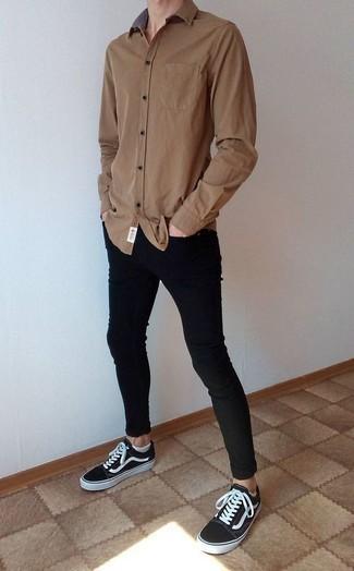 Модный лук: коричневая рубашка с длинным рукавом, черные зауженные джинсы, черно-белые низкие кеды из плотной ткани, белые носки-невидимки