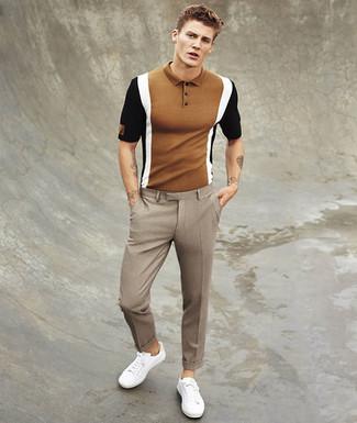 Как и с чем носить: коричневая футболка-поло, коричневые классические брюки в клетку, белые низкие кеды