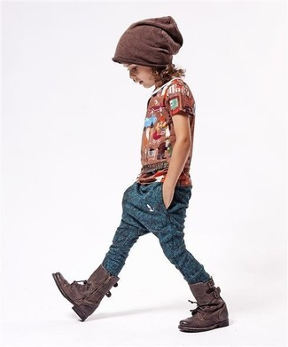 Как и с чем носить: коричневая футболка, темно-синие спортивные штаны, темно-коричневые ботинки, коричневая шапка