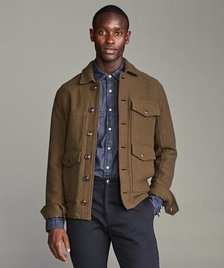 Модный лук: коричневая шерстяная полевая куртка, темно-синяя рубашка с длинным рукавом из шамбре, темно-синие брюки чинос