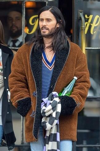 Как и с чем носить: коричневая шуба, синий свитер с v-образным вырезом в горизонтальную полоску, голубые джинсы