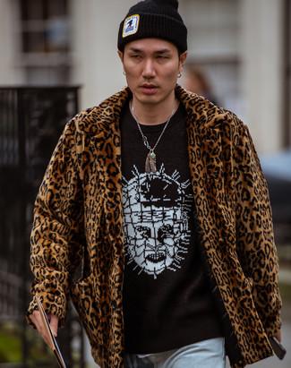 Как и с чем носить: коричневая шуба с леопардовым принтом, черно-белый свитер с круглым вырезом с принтом, голубые джинсы, черная шапка