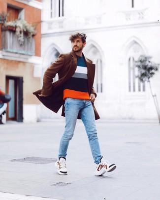 Как и с чем носить: коричневое длинное пальто, разноцветный свитер с круглым вырезом в горизонтальную полоску, голубые зауженные джинсы, белые кроссовки