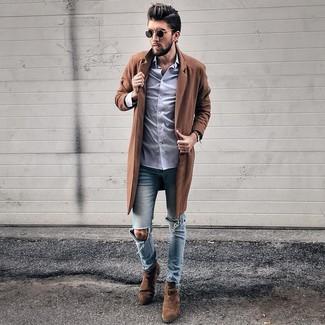 Как и с чем носить: коричневое длинное пальто, светло-фиолетовая классическая рубашка, голубые рваные зауженные джинсы, темно-коричневые замшевые ботинки челси