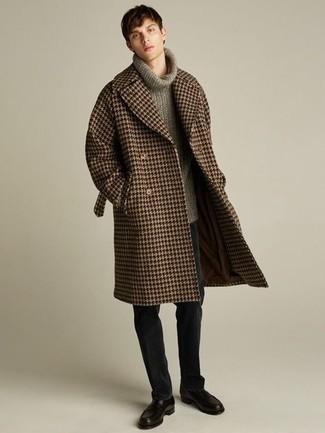 """Мужские луки: Тандем коричневого длинного пальто с узором """"гусиные лапки"""" и черных брюк чинос поможет выглядеть аккуратно, а также выразить твой индивидуальный стиль. Сделать лук чуть строже помогут черные кожаные лоферы."""