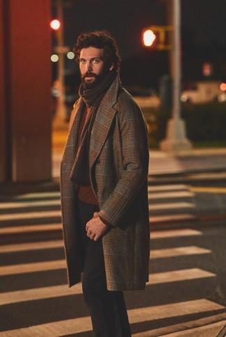 Как и с чем носить: коричневое длинное пальто в шотландскую клетку, табачный вязаный свитер, черные брюки чинос, темно-коричневый вязаный шарф