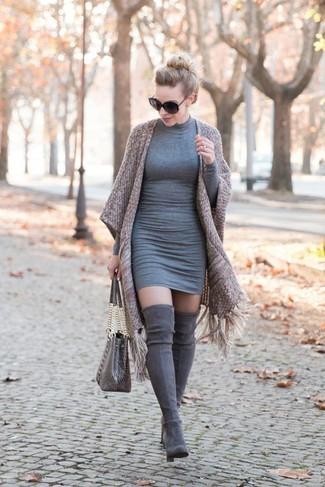 Как и с чем носить: коричневое кимоно, серое облегающее платье, серые замшевые ботфорты, серая кожаная большая сумка со змеиным рисунком