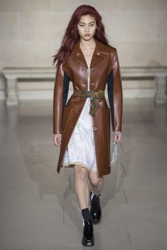 Как и с чем носить: коричневое кожаное пальто, белое кружевное платье-комбинация, черные кожаные ботинки челси
