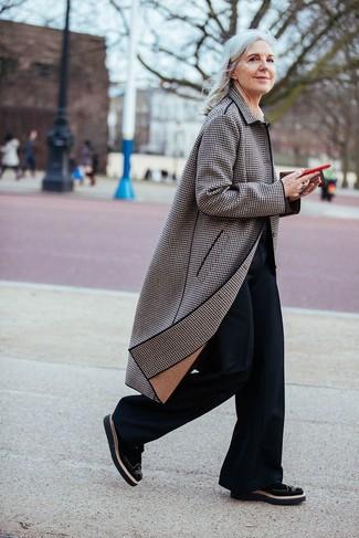 Как и с чем носить: коричневое пальто в шотландскую клетку, черные брюки-клеш, черные замшевые броги