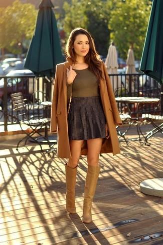 Как и с чем носить: коричневое пальто, оливковая футболка с длинным рукавом, темно-серая мини-юбка со складками, светло-коричневые кожаные сапоги