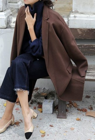 С чем носить темно-синие джинсовые брюки-кюлоты в стиле смарт-кэжуал: Сочетание коричневого пальто и темно-синих джинсовых брюк-кюлотов создано для современных барышень, ведущих динамичный образ жизни. Весьма органично здесь будут выглядеть черно-бежевые кожаные туфли.