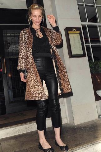 Как и с чем носить: коричневое пальто с леопардовым принтом, черная блузка с длинным рукавом, черные кожаные узкие брюки, черные кружевные балетки