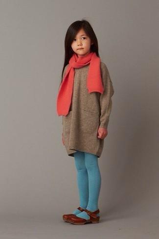 Как и с чем носить: коричневое платье-свитер, коричневые балетки, красный шарф, бирюзовые колготки