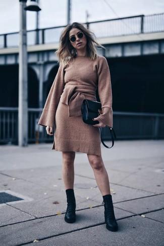 Как и с чем носить: коричневое платье-свитер, черные кожаные ботинки на шнуровке, черная кожаная сумка через плечо, черные солнцезащитные очки