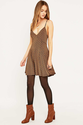 Как и с чем носить: коричневое платье с плиссированной юбкой с принтом, табачные кожаные ботильоны, черные колготки