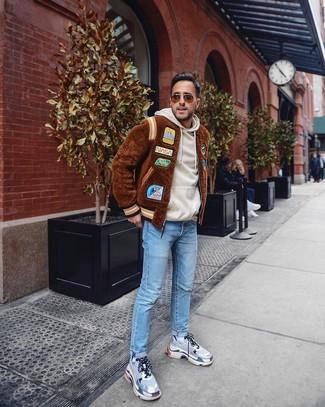 Как и с чем носить: коричневый меховой бомбер, бежевый худи, голубые джинсы, серые кроссовки