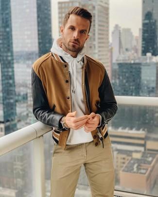 Как и с чем носить: коричневый бомбер, белый худи, светло-коричневые брюки чинос, коричневые кожаные часы