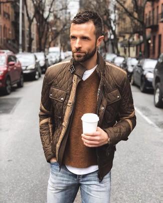 Как и с чем носить: коричневый стеганый бомбер, коричневый свитер с v-образным вырезом, белая футболка с круглым вырезом, синие джинсы