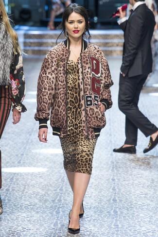 Как и с чем носить: коричневый бомбер с леопардовым принтом, коричневое облегающее платье с леопардовым принтом, черные кожаные туфли