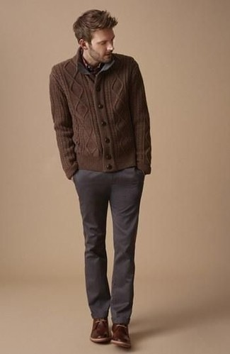 Практичное сочетание коричневого вязаного кардигана и темно-серых брюк чинос поможет выразить твой личный стиль и выделиться из общей массы. Темно-коричневые кожаные ботинки дезерты — идеальный выбор, чтобы завершить лук.