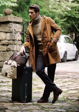 Как и с чем носить: коричневый дафлкот, коричневая водолазка, темно-синие классические брюки в вертикальную полоску, темно-коричневые замшевые туфли дерби